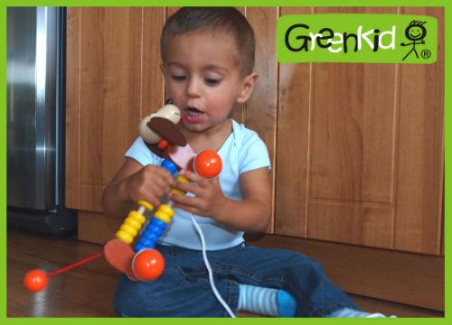 Jouet en bois à tirer Greenkid. Petit chien à roulettes avec boulier pour les filles et les garçons. Fabricant tchèque de jouets en bois de qualité Abafactory.