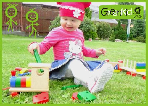 Jouet sûr et de qualité à tirer Greenkid. Petit train coloré à tirer avec blocs pour les filles et les garçons de Abafactory - fabricant tchèque de jouets en bois.